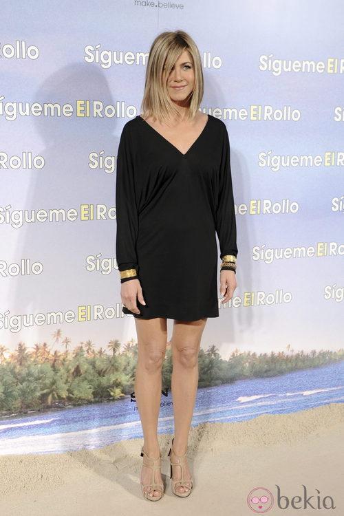 Jennifer Aniston con vestido negro durante la presentación de 'Sígueme el rollo'