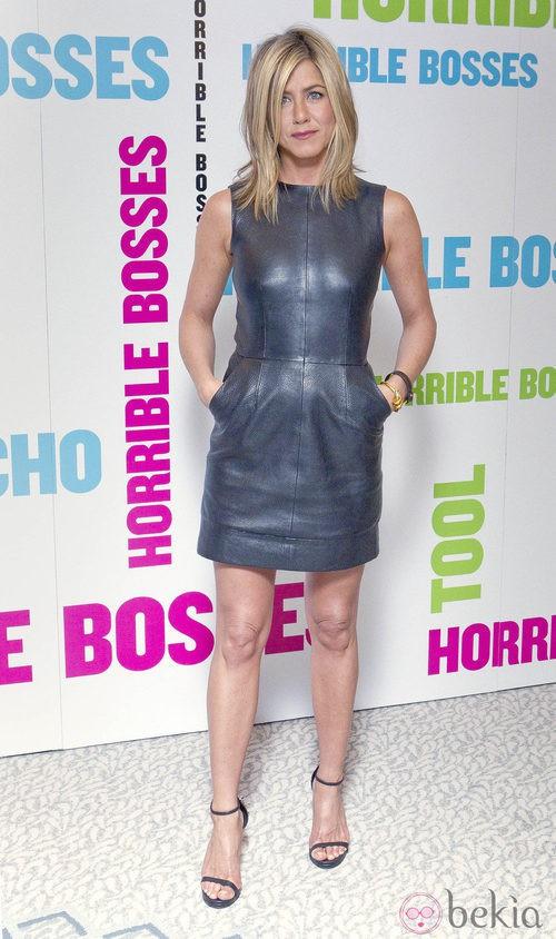 Jennifer Aniston con vestido de cuero de Celine