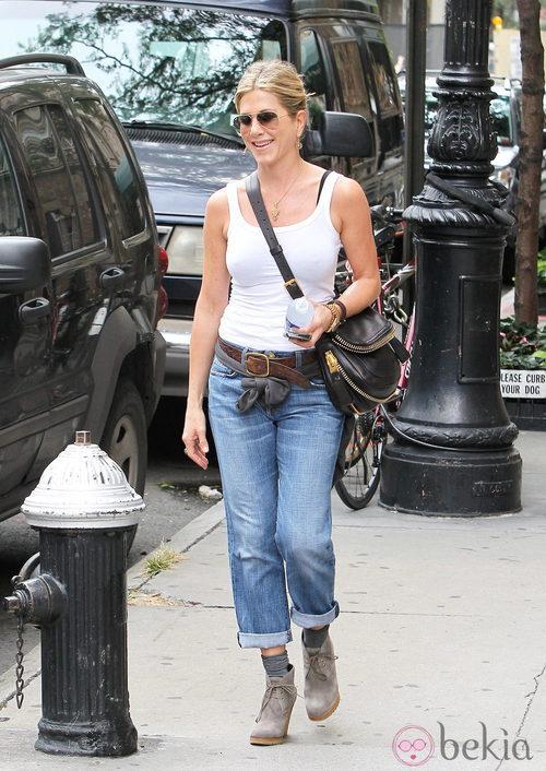 Jennifer Aniston con vaqueros tipo boyfriend