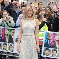 Jennifer Aniston con vestido de Valentino Couture en tono crudo