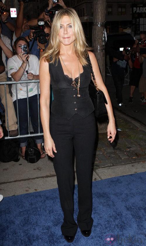 Jennifer Aniston con chaleco de escote lencero negro