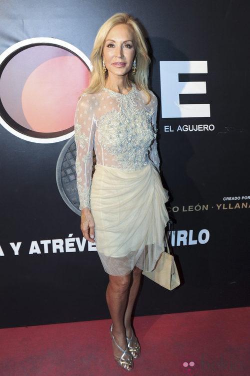 Look de Carmen Lomana con vestido blanco transparente y falda drapeada
