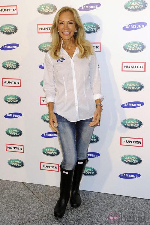 Look de Carmen Lomana con vaqueros y blusa blanca