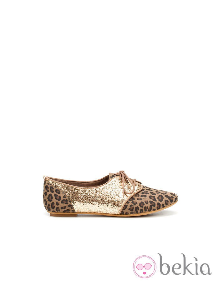 Zapato dorado glitter con estampado animal de Zara