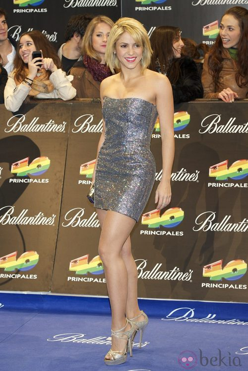Shakira con un minivestido glitter plateado