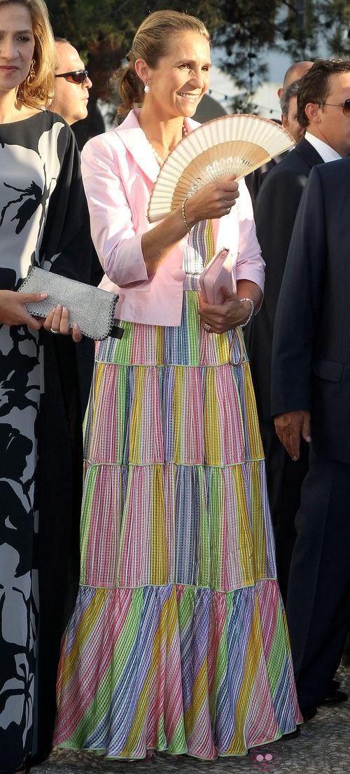 La infanta Elena con vestido multicolor pastel y chaqueta rosa palo