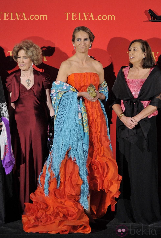 La Infanta Elena con vestido largo en color naranja de Oscar de la Renta y mantón azul