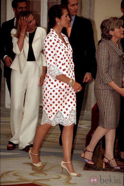 La Infanta Elena con traje sastre blanco con topos rojos y ribetes de encaje