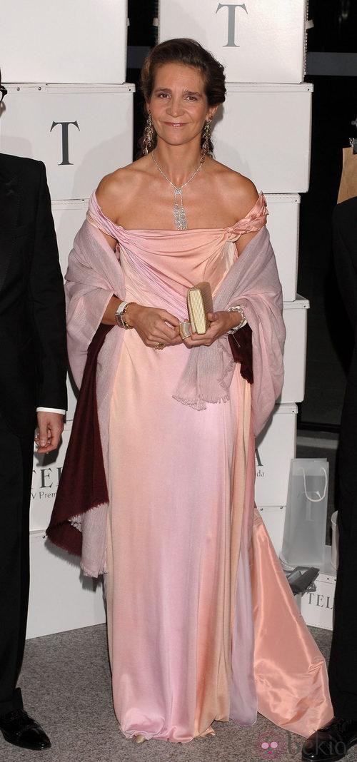 La Infanta Elena con vestido largo de raso rosa palo