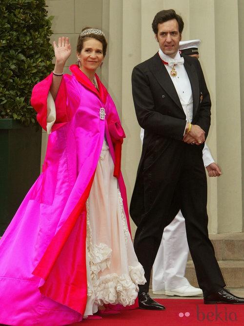 La Infanta Elena con vestido largo en blanco roto y abrigo en rosa capote