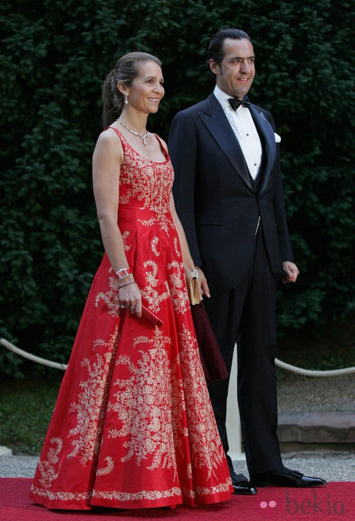 La Infanta Elena con vestido largo en color rojo y brocados nude