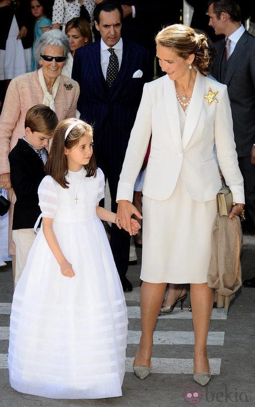 La Infanta Elena con traje sastre blanco roto