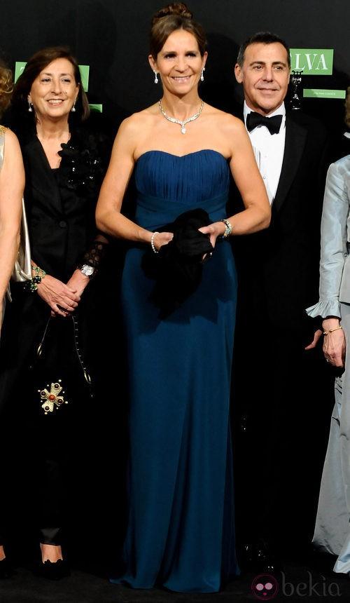 La Infanta Elena con vestido largo en azul noche