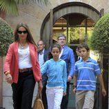 La Infanta Elena con look working girl con pantalón azul y blazer color coral