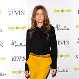 Elisa Sednaoui con falda de tubo amarilla con cinturón