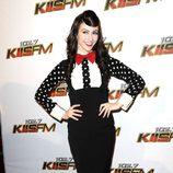 Amy Heldemann con falda de tubo de talle alto y lunares