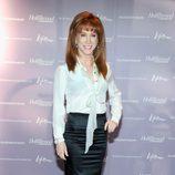 Kathy Griffin con falda de tubo y camisa blanca con lazada