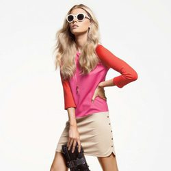 Minifalda beige y camiseta color block, de Juiciy Couture