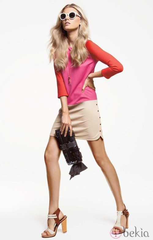 Minifalda beige y camiseta color block, de Juiciy Couture