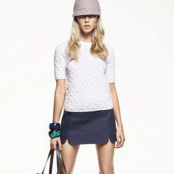 Minifalda azul marino y camiseta blanca estampada, de Juicy Couture