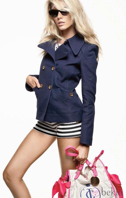 Trench azul de cuello de pico y minishorts navy, de Juicy Couture
