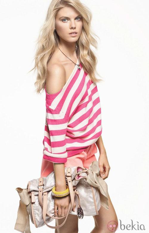 Shorts salmón y jersey de rayas, de Juicy Couture