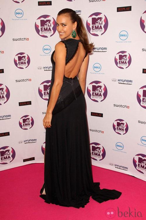 Irina Shayk con vestido de gala negro con escote en la espalda