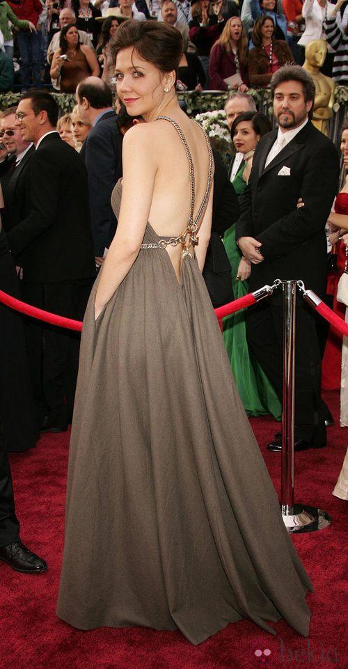Maggie Gyllenhaal en la alfombra roja con un gran escote en la espalda