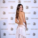 Alessandra Ambrosio con escotazo en la espalda
