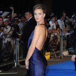 Rosie Huntington con vestido azul klein y escote en la espalda