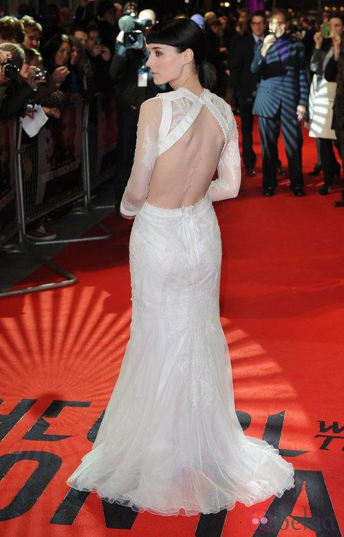 Rooney Mara con vestido blanco y escote en la espalda