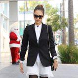 Jessica Alba con minivestido blanco y blazer