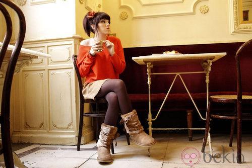 Angy, de rojo, posa en una cafetería madrileña para Refresh