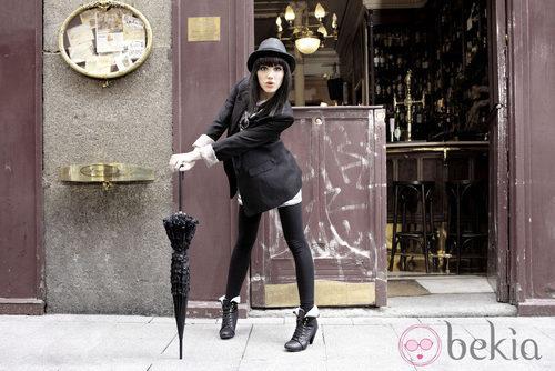 Angy posa con botas de piel y paraguas