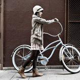 Angy posa para Refres con una bicicleta