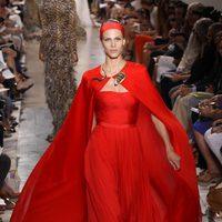 Diseño rojo Alta Costura, de Giambattista Valli