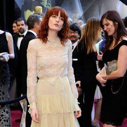 Florence Welch con vestido de época en tonos nude