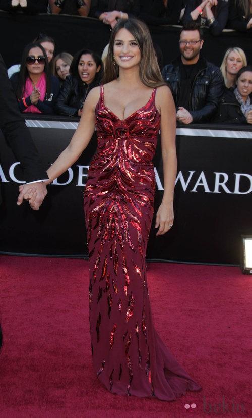 Penélope Cruz con vestido granate con pedrería de L'Wren Scott en la gala de los Oscar del año 2011