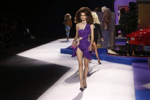 Vestido asimétrico morado de Moschino otoño/invierno 2019 en el desfile de la Milan Fashion Week