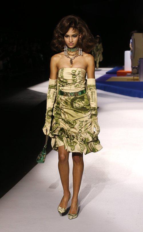 Vestido con estampado de billetes de Moschino otoño/invierno 2019 en el desfile de la Milan Fashion Week