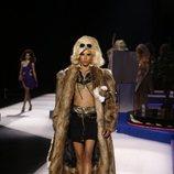 Top y minifalda negros de Moschino otoño/invierno 2019 en el desfile de la Milan Fashion Week