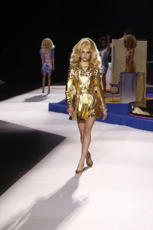 Vestido dorado de Moschino otoño/invierno 2019 en el desfile de la Milan Fashion Week