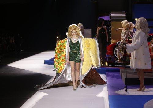 Vestido verde de brillantes de Moschino otoño/invierno 2019 en el desfile de la Milan Fashion Week