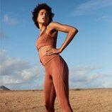 Modelo luciendo unos leggins deportivos de Oysho Sport