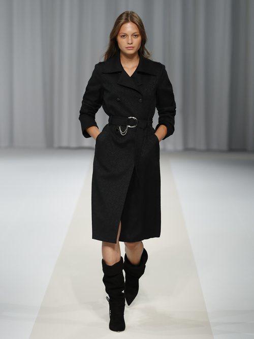 Chaqueta negra con cinturón y botas altas de la colección 'Black Label' de Liu Jo
