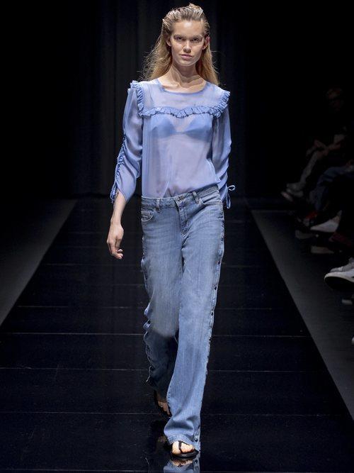 Pantalón vaquero y blusa transparente de la colección 'White Label' de Liu Jo