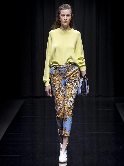 Pantalón estampado y camiseta amarilla de la colección 'White Label' de Liu Jo