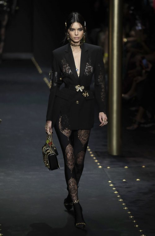 Kendall Jenner desfilando con una blazer negra de Moschino otoño/invierno 2019/2020 en la Milán Fashion Week