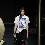 Camiseta blanca con estampada de Moschino otoño/invierno 2019/2020 en la Milán Fashion Week