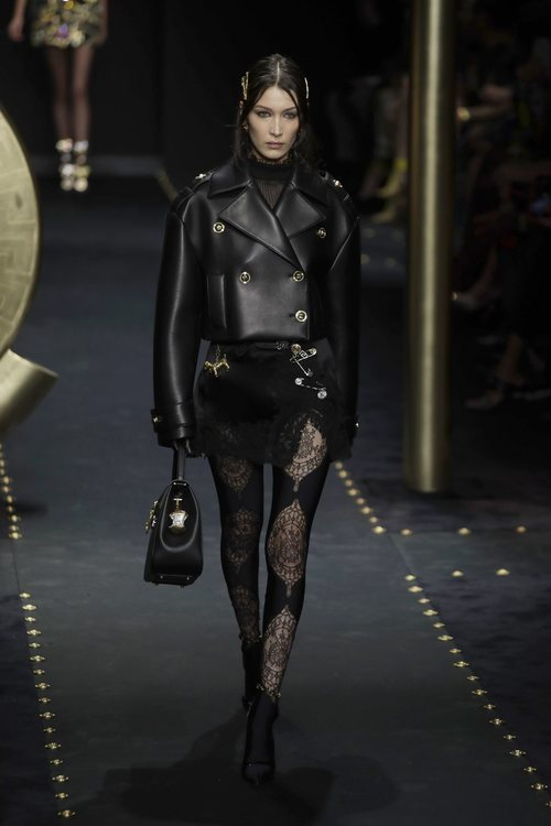 Bella Hadid desfilando con un look total black de Moschino otoño/invierno 2019/2020 en la Milán Fashion Week
